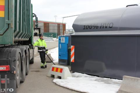 Nu kan Gästrike återvinnares sopbilar tanka fossilfritt