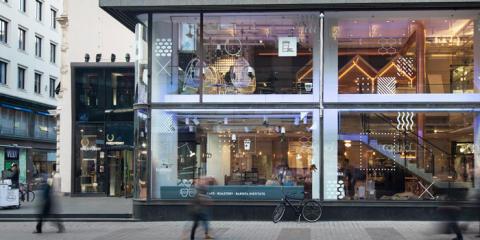 Kahvitalon valaistus ilostuttaa keskellä kaupunkia