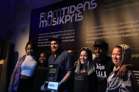 Jon Skoog tillsammans med ungdomar från Gateway music