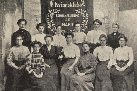 Mitt i valrörelsen firar Skara hundra år med kvinnlig rösträtt