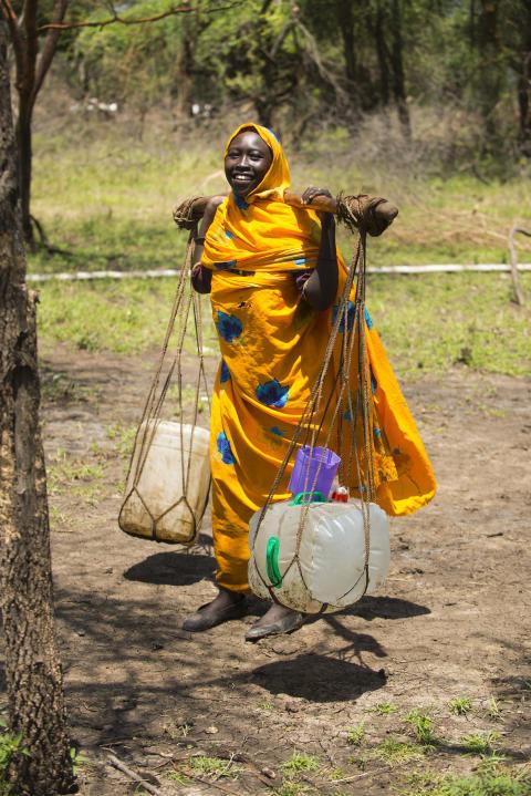 En kvinna hämtar vatten i Sydsudan