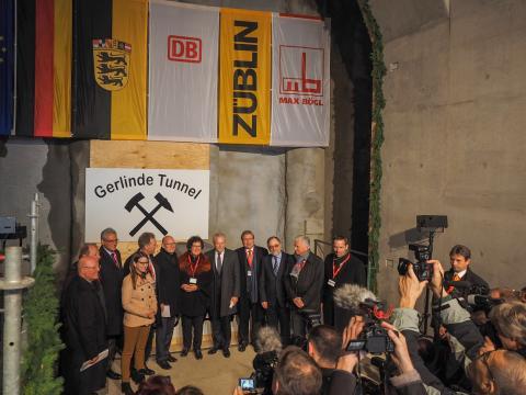 Tunneldurchschlag am Albabstieg gefeiert - Zahlreiche Gäste bei Festakt in Ulm