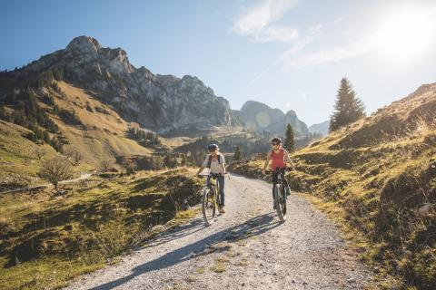 Fribourg Mountainbike: Mountainbikerinnen im Val de Charmey