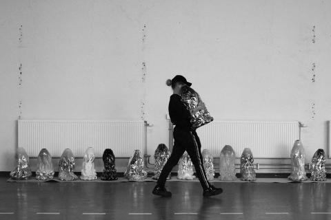 Glaskonst som kroppsaktivism – Hanna Hansdotter utmanar traditionerna