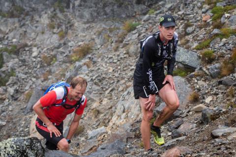 Herrsegraren BUFF 50K Andreas Svanebo följd av Jerry Ahrlin på väg upp genom Dromskåran