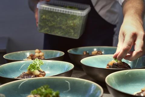 Faglærte kokke sikrer høj kvalitet for fællesspisningen på flere og flere danske arbejdspladser