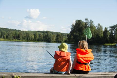 Barn som fiskar i sjön Runn