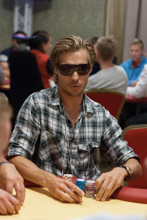 Tobias Grahn leder stor pokerturnering
