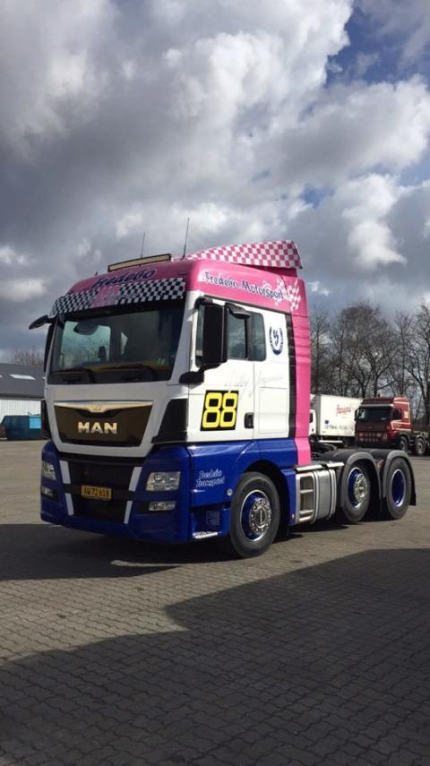 Fredebo Transport i Padborg har netop nu fået leveret denne flotte MAN TGX 26.480 6x2/2 – EfficientLine trækker.
