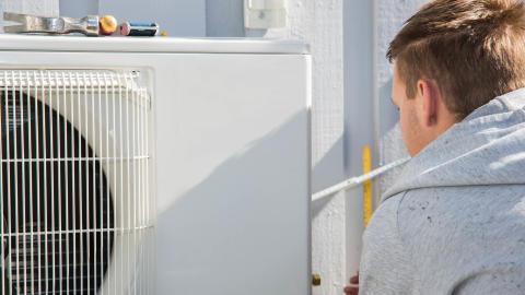 montering utedel på luft-til-luft-varmepumpe