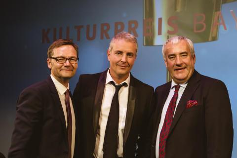 Der Dirigent Alexander Liebreich (Mitte) hat den diesjährigen Sonderpreis aus den Händen des bayerischen Kunstministers Dr. Ludwig Spaenle (r.) erhalten. Erster Gratulant war Bayernwerk-Vorstandsvorsitzender Reimund Gotzel.