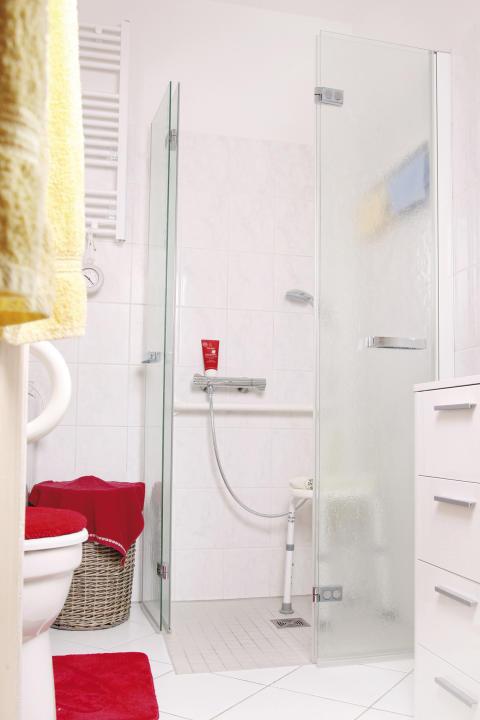 Innenliegende Badzelle mit bodengleicher Dusche