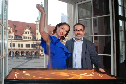 Sandmalerin Alla Denisova und Produzent Dimitrij Sacharow im Blauen Salon