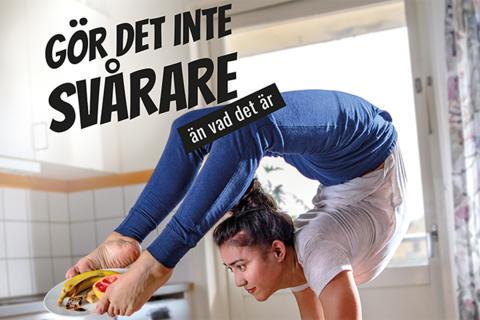 Träna akrobatik samtidigt som du tar ut matavfallet