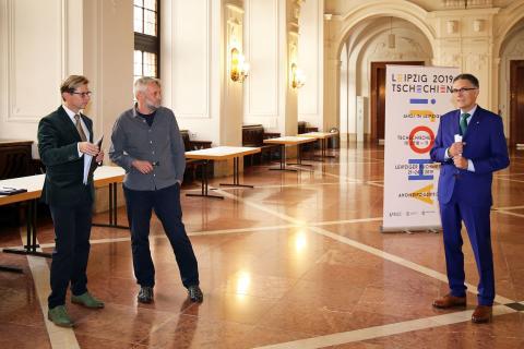 Oliver Zille (r.) begrüßt Dichter Petr Borkovec und Übersetzer Martin Krafl (l.)