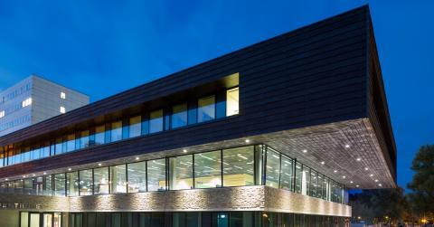 Specialbyggda fasadelement i natursten på studenthus