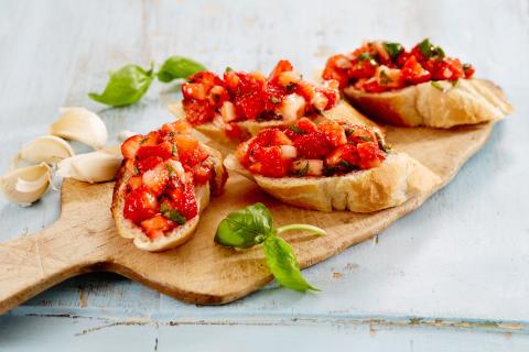 Lag bruschetta med jordbær, basilikum og balsamicoeddik. Sprek smårett.