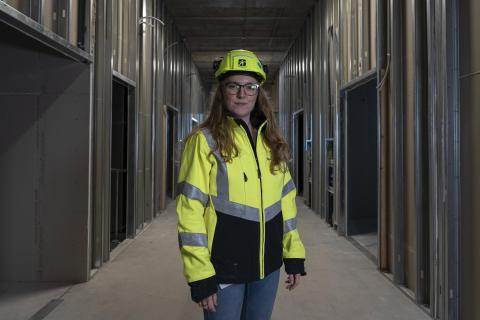 """""""Vi vil gerne afprøve hjælpemidler, der kan aflaste vores medarbejdere, når de udfører fysisk hårdt arbejde"""" siger Arbejdsmiljøkoordinator Johanne Lund Thomsen fra MT Højgaard"""