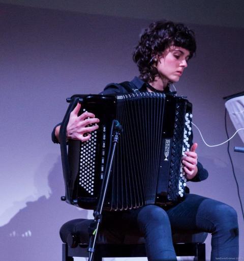 Künstlerin Roser Pla mit Akkordeon im letzten Jahr bei musIC 2.0