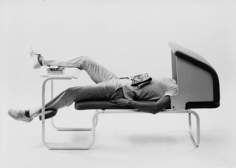 Ekstrem Ekstrøm. Møbel- og industridesign.Headover kantinebord og sitteenhet/divan, Møre designteam (Jan Lade og Svein Asbjørnsen), Studio Håg, 1983