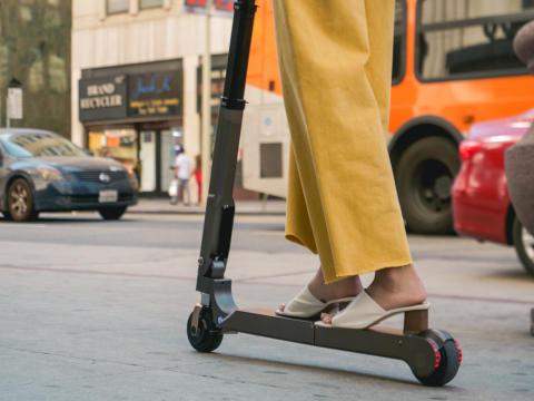 Elektrisk sparkesykkel monteres i bilen og lades under kjøring. Enkelt å komme seg videre ut i byen.