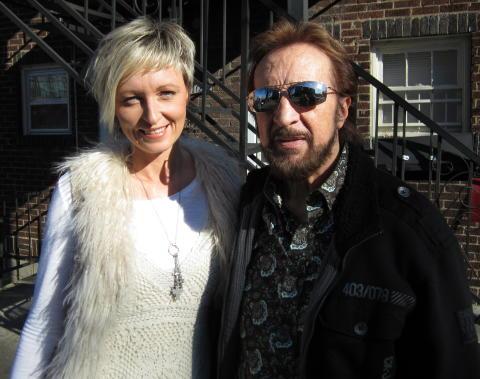 Jessica Falk och Bobby Wood utanför Music Row i Nashville