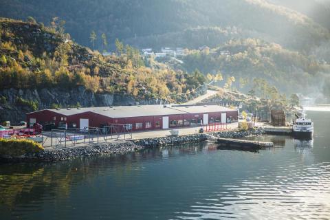 Fabrikken ligger idyllisk til nede ved sjøen