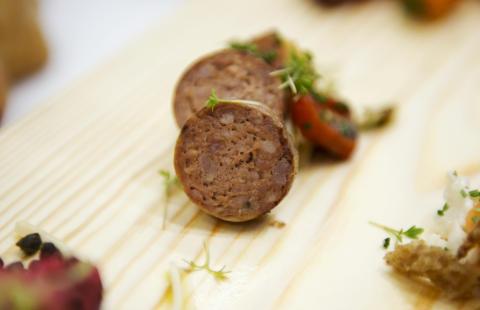 Stekt chorizo med sallad på kronärtskocka, örter, purjolök och rostad paprika #svenskchark