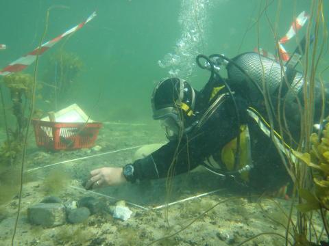 Marinarkæolog undersøger en undersøisk stenalderboplads i Danmark