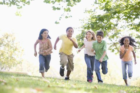 Forskare och läkare eniga: Barn behöver minst en timmes fysisk aktivitet per dag