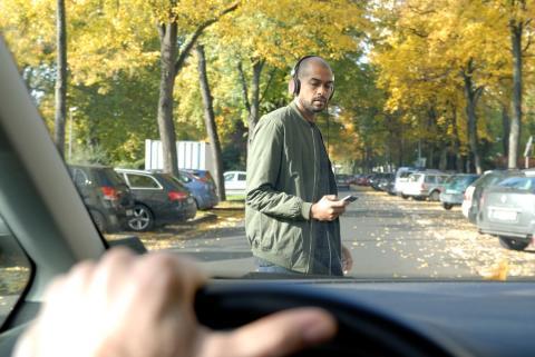 Nem túl okos, ugye? A Ford felmérése szerint vezetés közben sok diák beszélget, üzenget vagy keresgél a mobiltelefonján