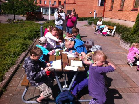 Examensarbete tar barn på konstpromenad