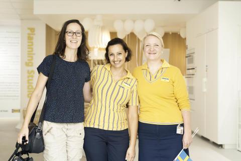 Theresa Bøse Bengtson fra Vanløse fik æren af at være kunde nr. 1. Her sammen med køkkenkonsulent Roxana Lykke Jørgensen og IKEA Planning Studio Manager, Laila Haugaard (th)