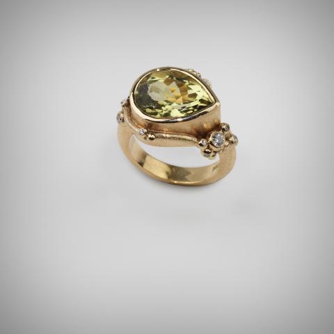"""Carolina Lomfors (f. 1978) """"En guldsmed har landat"""" Ring. Guld, citronkvarts, briljanter."""