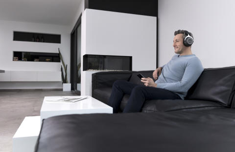 beyerdynamic amiron wireless_man in sofa