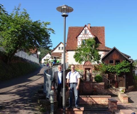 Kommunalbetreuer Frank Schneider (links) und Bürgermeister Udo Käsmann stellten die neue, komplett auf LED umgestellte Straßenbeleuchtung in Rüdenau vor.