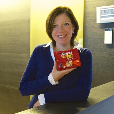Produkstsjef Mona Lindgren med Friele Frokostkaffe i porsjonsputer til Senseo