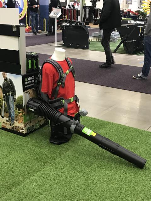 Batteridrivna lövblåsare gör att användaren slipper både avgaser och buller.