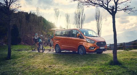 Velkoprostorový Ford Tourneo Custom je teď ještě úspornější a nabízí výkonnější vrcholnou motorizaci i mild-hybridní techniku