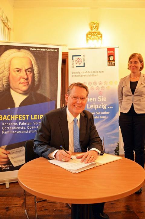 Reverend Dr. Robert Moore unterzeichnet seinen Vertrag als Leipzigs Reformationsbotschafter