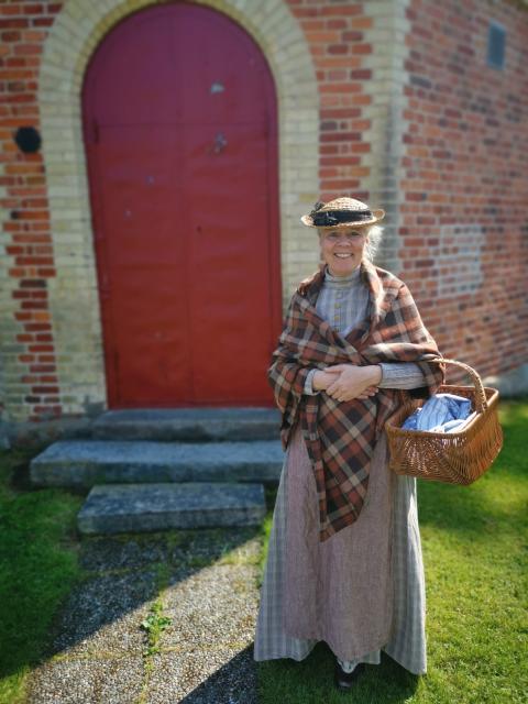 Sofie Henryson som baderskan Hermina Hallberg, en kvinna som fanns på riktigt.
