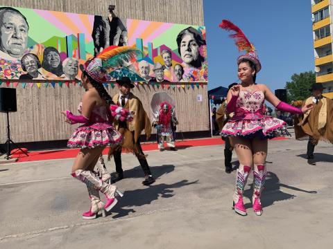 Boliviansk folkdansgrupp uppträder på invigningen av Seniorernas konst