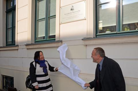 Susanne Kucharski-Huniat und Dr. Ralf Eichberg enthüllen die Tafel zum Gedenken an Friedrich Nietzsche