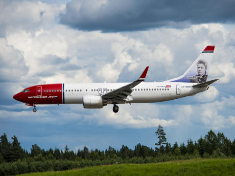 Norwegian Boeing 737-800 landing