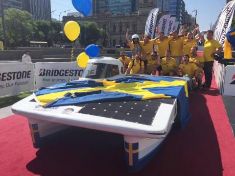 Innovativ solbil med Lesjöforsfjädrar i australiensiskt studentrace