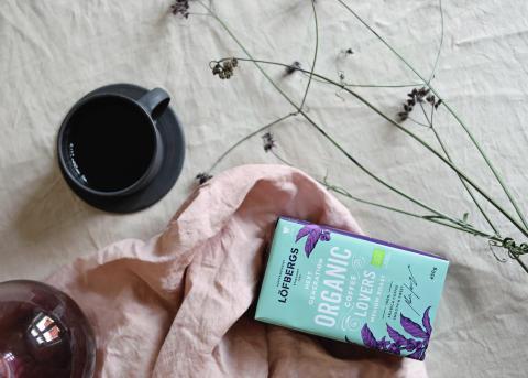 Emma Sundh färgar tyg med kaffesump
