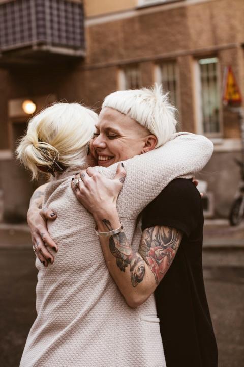 83 % av alla svenskar skulle behöva en kram