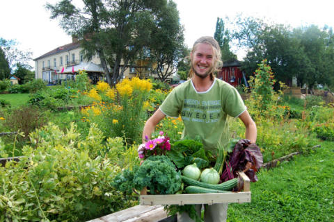 """""""- Ska vi byta sticklingar med varann""""? Välkommen till  ekologisk marknad med allt från fröer till ekomat och böcker under Hållbarhetshelgen på Ängsbacka"""