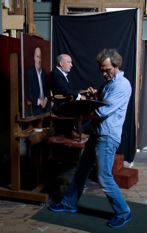 Konstnären Urban Larsson under arbete i sin ateljé i Amsterdam.