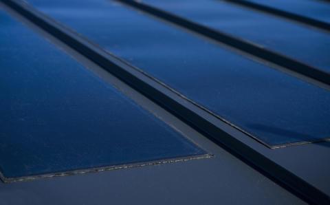 Solcellsfilmen limmas på redan i fabrik